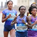 Kurz bevor Mary Keitany zur entscheidenden Attacke ansetzte, lagen gemeinsam mit ihr drei weitere Läuferinnen an der Spitze: Aselefech Mergia (l.), Tigist Tufa (r.) und Priscah Jeptoo (verdeckt). © New York City Marathon