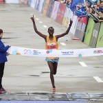 Paul Lonyangata feiert beim Shanghai Marathon seinen größten Triumph. © SFP / Getty Images