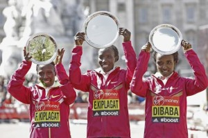 Edna Kiplagat – hier flankiert von Florence Kiplagat und Tirunesh Dibaba – nach ihrem Sieg beim London Marathon 2014 © London Marathon