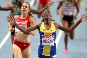 Abeba Aregawi jubelt über ihren Sieg bei den Weltmeisterschaften von Moskau vor Jennifer Simpson. © Giancarlo Colombo