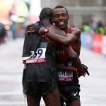 Bedan Karoki beglückwünscht Geoffrey Kamworor zum Titel. © Getty Images for IAAF / Jordan Mansfield