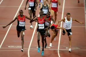 Asbel Kiprop gewinnt Gold beim WM-Finale in Peking, dahinter taucht Abdelaati Iguider fast horizontal über die Ziellinie, um sich die Bronzemedaille zu sichern. © Getty Images for IAAF / Lintao Zhang