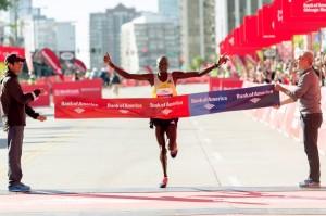 Dennis Kimetto jubelte 2013 über einen neuen Streckenrekord von 2:03:45 Stunden. © Chicago Marathon