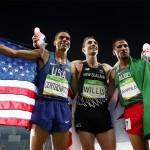 Verdrehte Aufstellung: Sieger Matt Centrowitz links, der drittplatzierte Nick Willis in der Mitte und Silbermedaillengewinner Taoufik Makhloufi rechts. © Getty Images