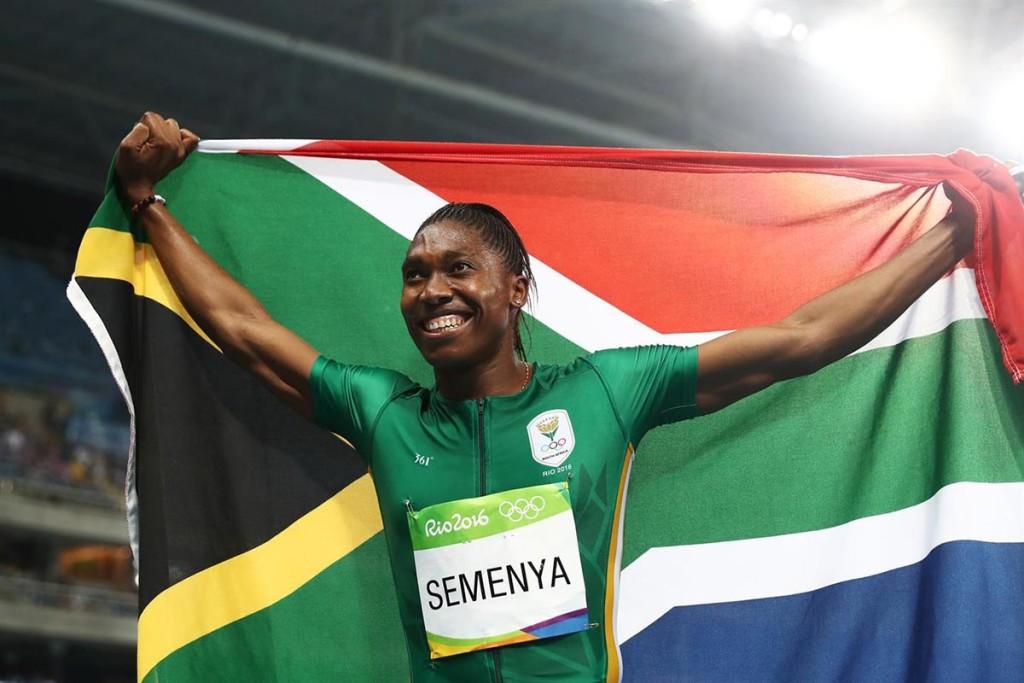 Caster Semenya feiert in Rio ihren Olympiasieg mit der südafrikanischen Nationalflagge. © Getty Images