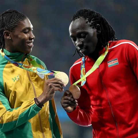 Im Rennen durfte keine Konkurrentin an Gold glauben, nachher erlaubte Caster Semenya aber einen Blick auf ihr neues Schmuckstück. © Getty Images / Patrick Smith