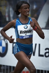 Aberu Kebede auf dem Weg zum Sieg beim Frankfurt Marathon 2014. © SIP / Johannes Langer