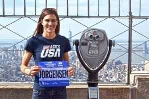 Gwen Jorgensen präsentiert ihre Startnummer. © NYRR