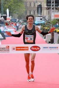 Valentin Pfeil kam bei seinem Marathon-Debüt als bester Österreicher ins Ziel. © Victah Sailer / www.photorun.net