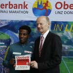 Marathonläufer Lemawork Ketema mit Franz Gasselsberger (Generaldirektor der Oberbank, neuer Hauptsponsor des Linz Marathon). © SIP / Thomas Kofler