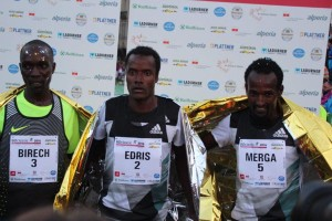 Die schnellsten Drei bei den Herren: Sieger Muktar Edris wird flankiert vom zweitplatzierten Imane Merga (r.) und Jairus Birech.
