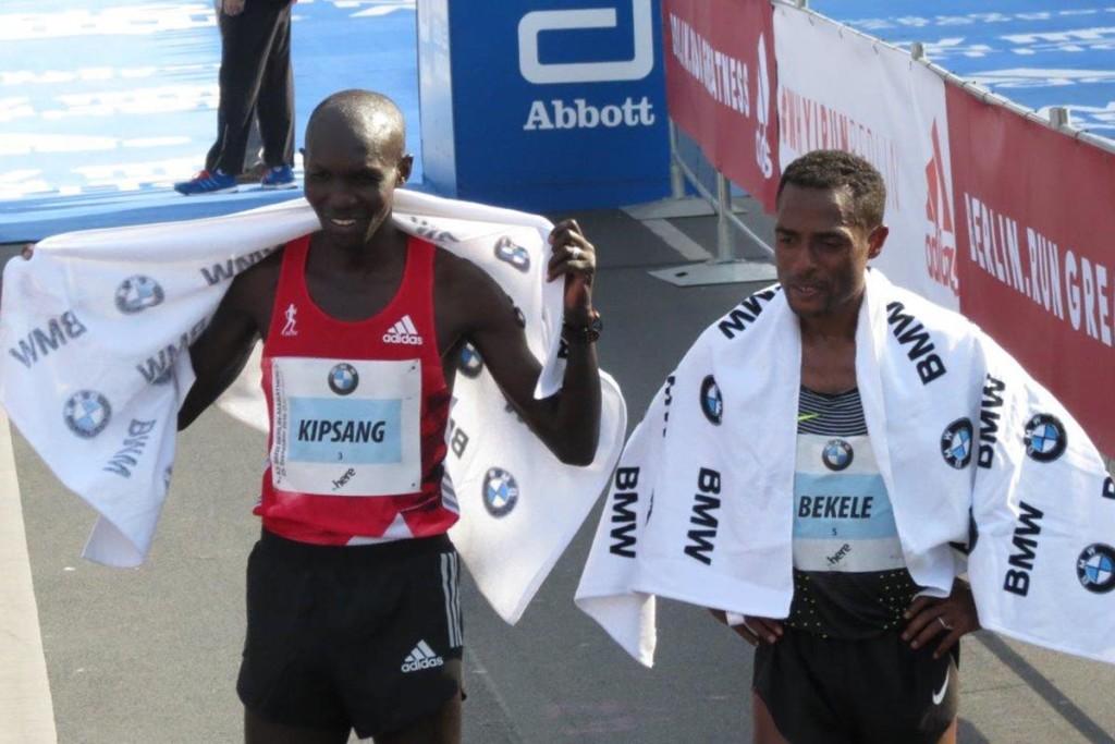 Wilson Kipsang (l.) gemeinsam mit Kenenisa Bekele nach der spannenden Weltrekordjagd in Berlin 2016. © SIP / René van Zee