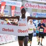 Anthony Maritim bejubelt zum zweiten Mal einen Sieg beim Linz Marathon. © Linz Marathon / Klaus Mitterhauser