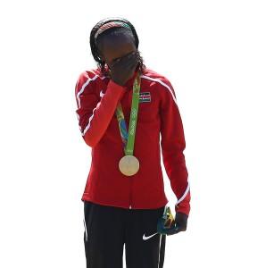 Jemima Sumgong weint Tränen der Freude bei der Siegerehrung nach dem Olympischen Marathon 2016. Ein Bild, das in Kürze wohl aus dem Gedächtnis der Leichtathletik gestrichen werden muss. © Getty Images