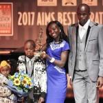 Mary Keitany nahm die Auszeichnung in Begleitung ihres Ehemannes und ihrer beiden Kinder in Empfang. © SEGAS-AMA