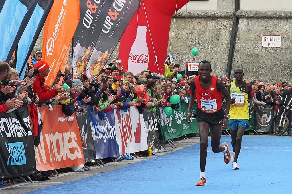 Mit letzter Kraft erreichte Edwin Kemboi das Ziel des Salzburg Marathon 2014. © Salzburg Marathon / Uwe Brandl