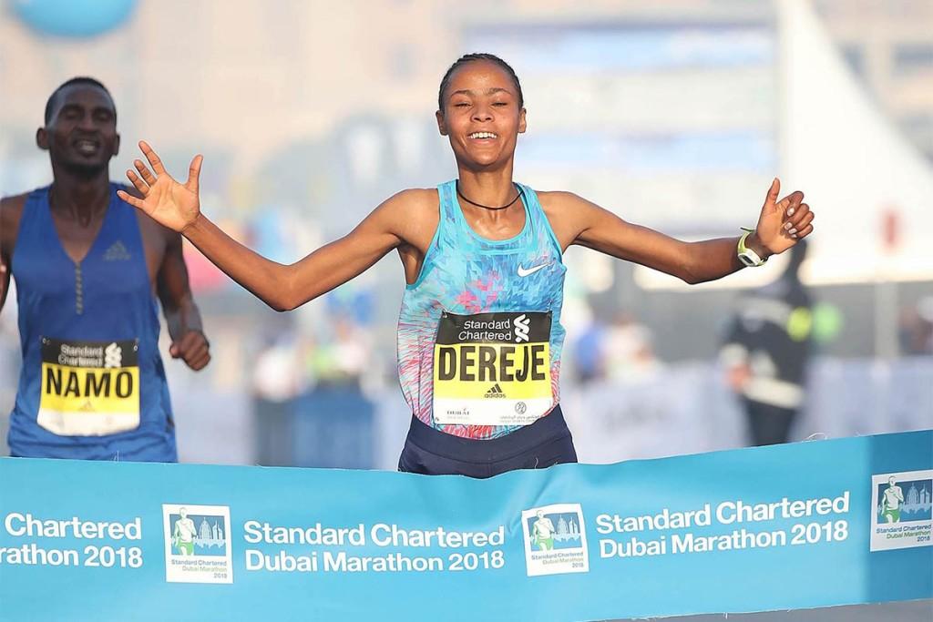 Ihr Tempomacher schlich sich in das Siegerfoto von Roza Dereje. © Dubai Marathon / Giancarlo Colombo