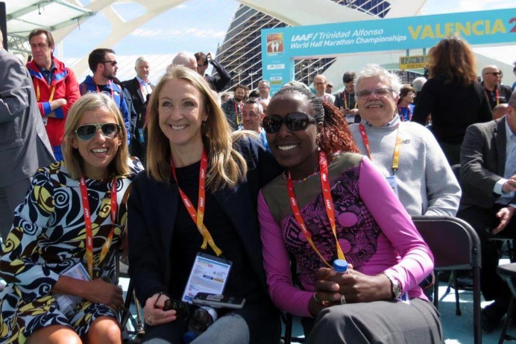 Augen auf bei der Platzwahl! Bei der Pressekonferenz durfte ich direkt hinter den Lauflegenden (v.l.) Elana Meyer, Paula Radcliffe und Lornah Kiplagat sitzen. © SIP / René van Zee