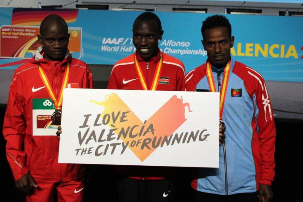 Auch die drei Medaillengewinner Geoffrey Kamworor, Abraham Cheroben (l.) und Aron Kifle (r.) fühlten sich in Valencia wohl.