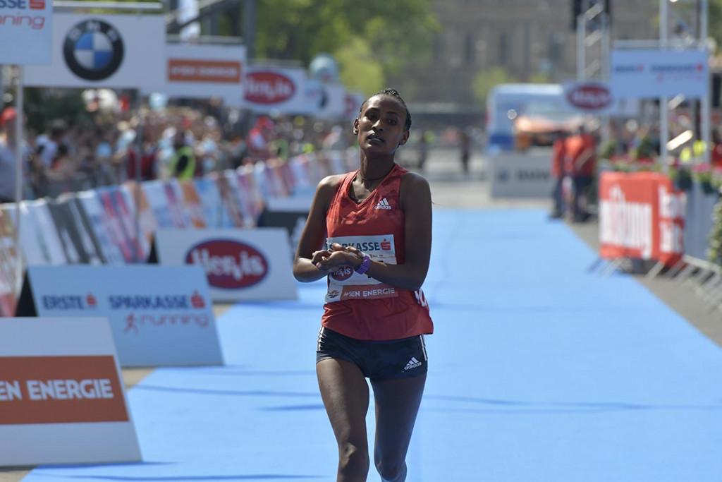 Die Äthiopierin Meselech Tsegaye überholte im Finish noch die Kenianerin Celestine Chepchirchir und sicherte sich den zweiten Platz. © VCM / Herbert Neubauer
